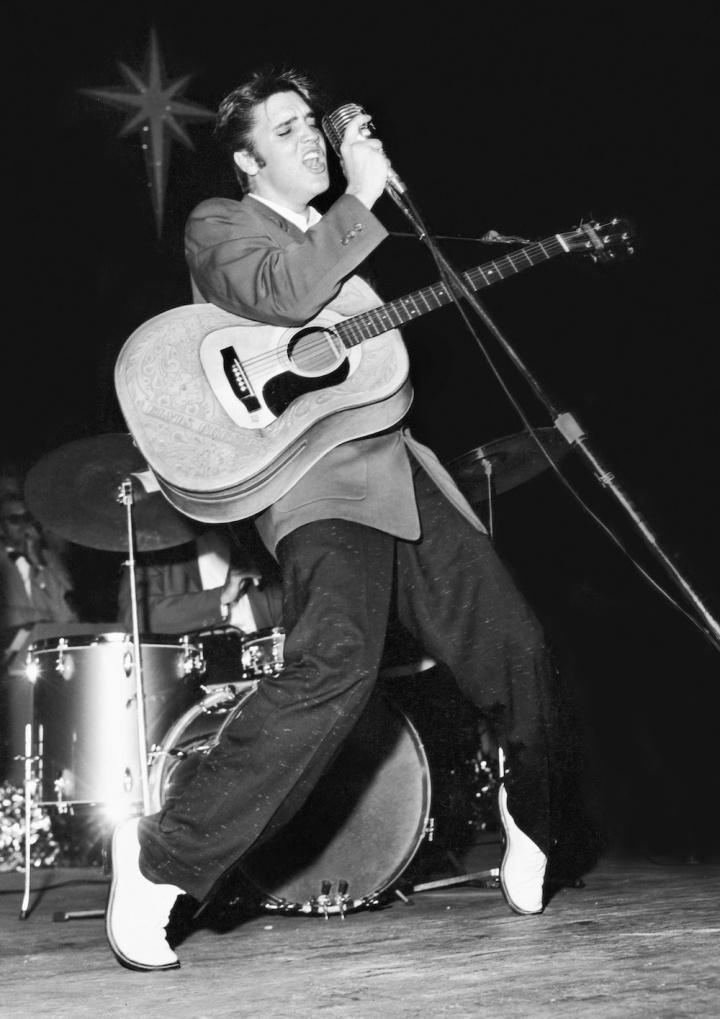 Elvis Presely in concert 1950s