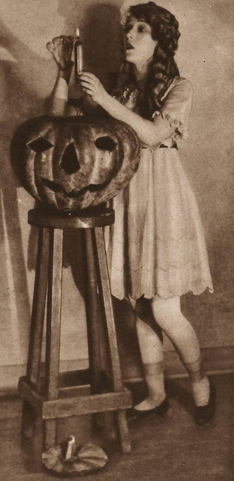 HAPPY HALLOWEEN Mary Pickford